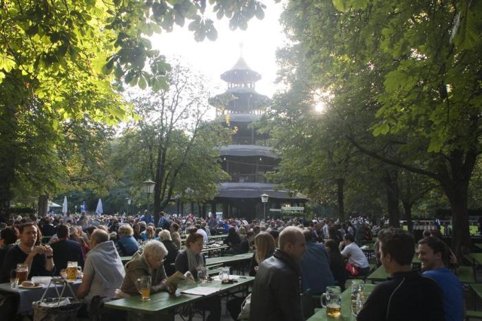 Biergarten en Englischer Garten con Chinesischer Turm