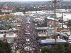 Vistas del Oktoberfest desde la torre de la iglesia