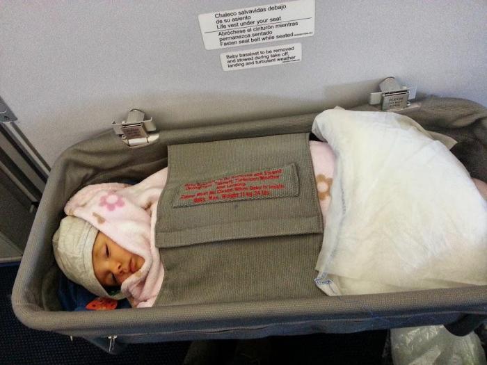 Iris durmiendo en la cuna del avión