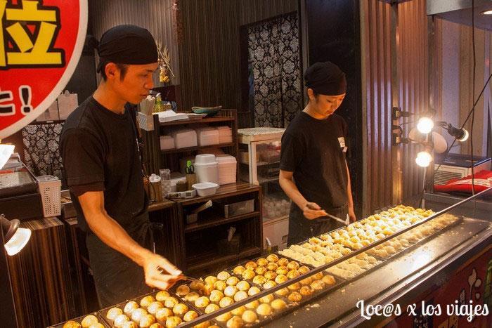 Puesto donde preparan takoyakis