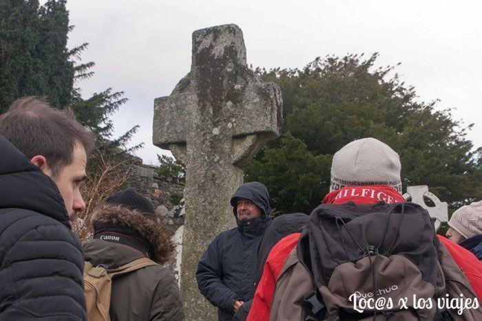 Con nuestro guía en Glendalough