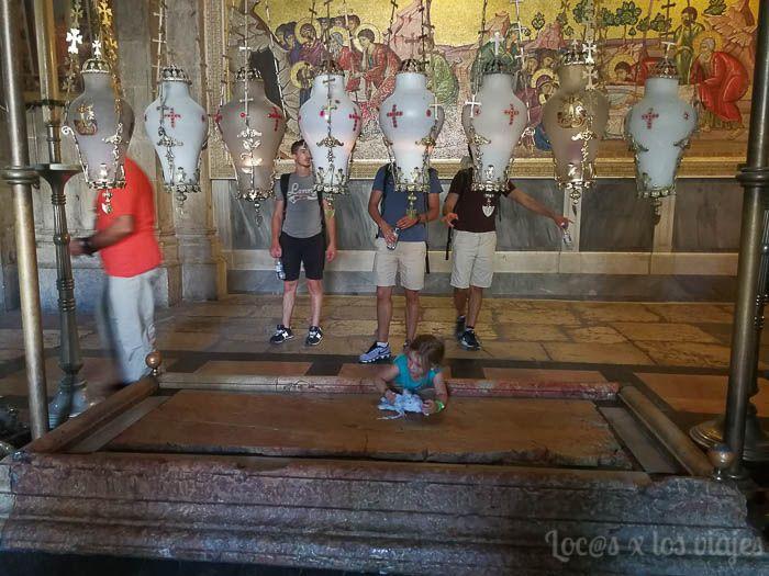 Israel con Niños: Piedra de la Unción en el Santo Sepulcro