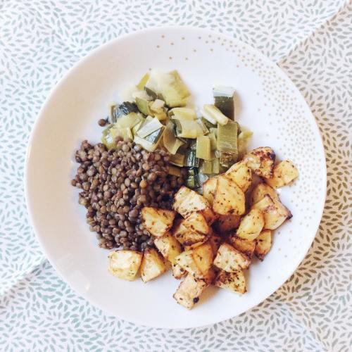 Lentilles vertes à l'ail et au jus de citron, poireaux, dés de pommes de terre rôtis au four