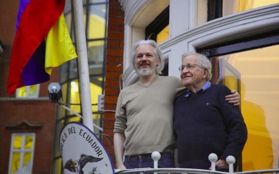Julian Assange kreeg op 25 november 2014 bezoek van een volhoudend supporter