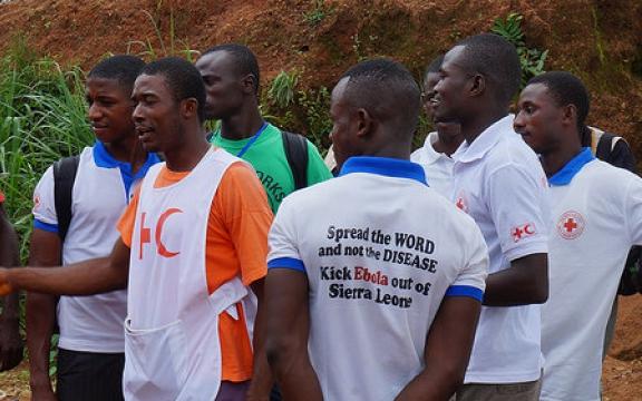 Lokaal opgeleid verplegend personeel in Sierra Leone bij een briefing op 2 april 2014