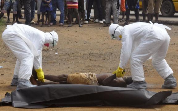 Cubaanse gezondheidswerkers verwijderen een slachtoffer van Ebola in Sierra Leone