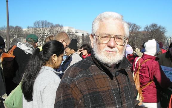 William Blum bij een anti-oorlogsprotest in Washington DC in 2007