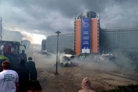 Goed beschermd achter het glas van het Berlaymontgebouw kijken de ministers van landbouw toe