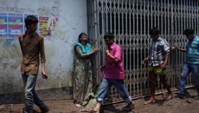 371 doden zijn al geborgen, 900 textielarbeiders worden nog vermist in de kledingfabriek in Bangladesh. Deze dame schreeuwt haar onmacht uit