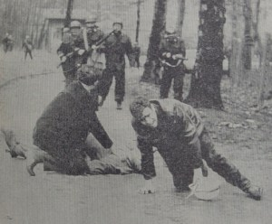 Theo Van Hecken ligt neer met een kogel in de rug. Antonio Arcila valt neer met een kogel in het linkerbeen