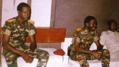 Thomas Sankara tijdens een vergadering in 1986, naast hem zijn adjudant Blaise Compaoré