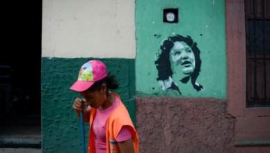 In de arme volkswijken van de Hondurese hoofdstad Tegucigalpa roepen graffiti op voor opheldering van de moord op Berta Cáceres op 3 maart 2016