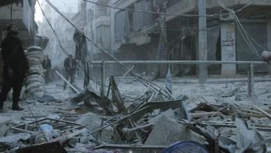 Een straat in de Syrische stad Aleppo na een aanval met vaatbommen in februari 2014
