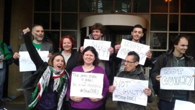 De acht vrijgesproken vredesactivisten verlaten de rechtbank in Londen
