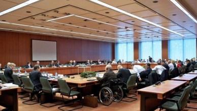 De Eurogroep tijdens een van haar vele vergaderingen, vooraan in de rolstoel Wolfgang Schäble, Duits minister van financiën