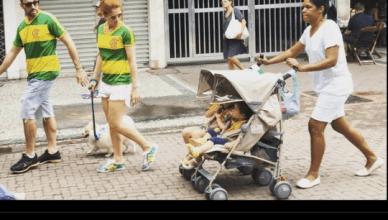Een echtpaar in de Braziliaanse kleuren neemt met hond, kindjes en nanny deel aan de 'anti-corruptieprotesten' tegen president Dilma Rousseff