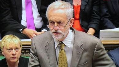 Jeremy Corbyn ondervraagt eerste minister David Cameron tijdens het wekelijkse parlementaire vragenuur