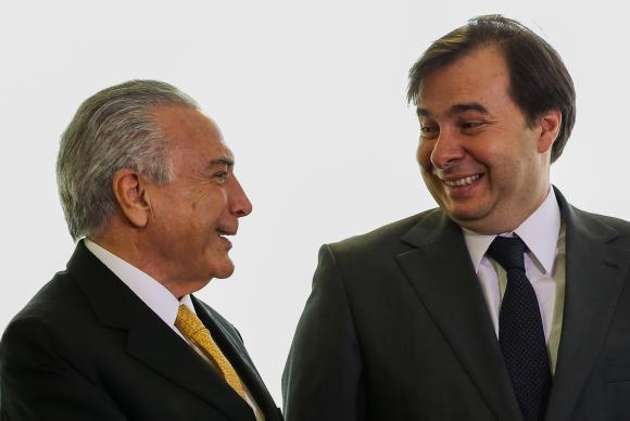 Verenigd in de strijd tegen corruptie? Rodrigo Maio (rechts), Kamervoorzitter, en president Michel Temer beweren van wel. Ze proberen alvast een amnestiewet voor corruptie goedgekeurd te krijgen