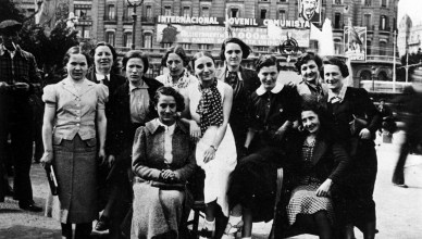 Elf van de Belgische vrouwen bij hun aankomst op de Plaza de Catalunya in Barcelona op 1 mei 1937