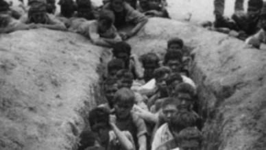 Kort na deze foto werden deze Indonesiërs gedood en onmiddellijk begraven