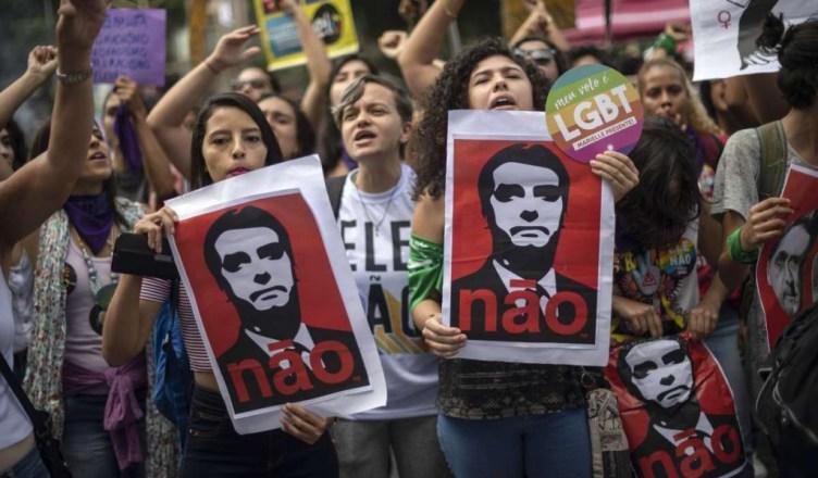 Braziliaanse vrouwen dragen een foto van Bolsonaro met het opschrift 'Ele não'