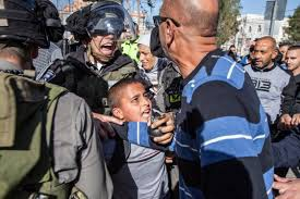 Israëlische troepen nemen een Palestijns kind gevangen, een dagelijkse praktijk van de bezetting