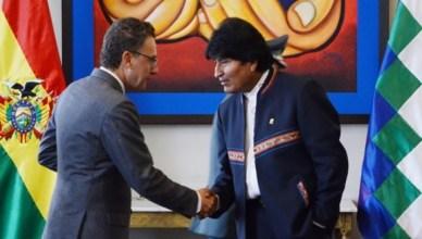 Morales (rechts) ontving felicitaties van UNODC-vertegenwoordiger Antonino De Leo voor successen in de strijd tegen de drugshandel