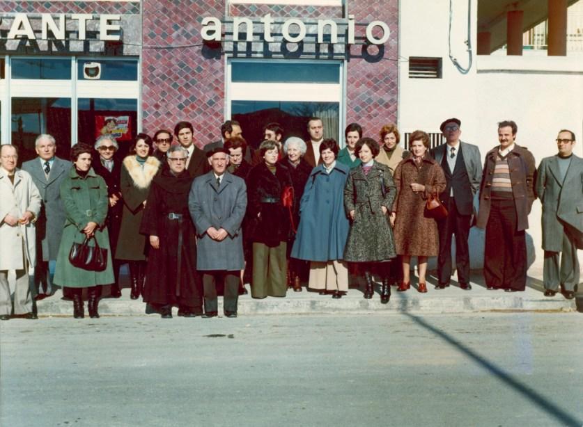 Maestros en el Antonio. 27.11.1975. Doña Trini en el centro de la foto.