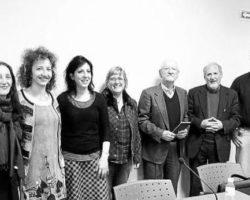 Premiada y participantes en el certamen de poesía