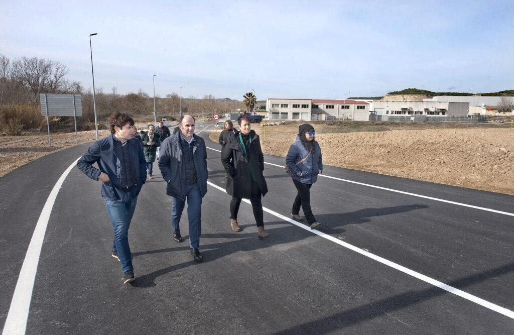 El alcalde Azcona, el vicepresidente Ayerdi y dos representantes del consistorio, en el nuevo vial con el Polígono al fondo.