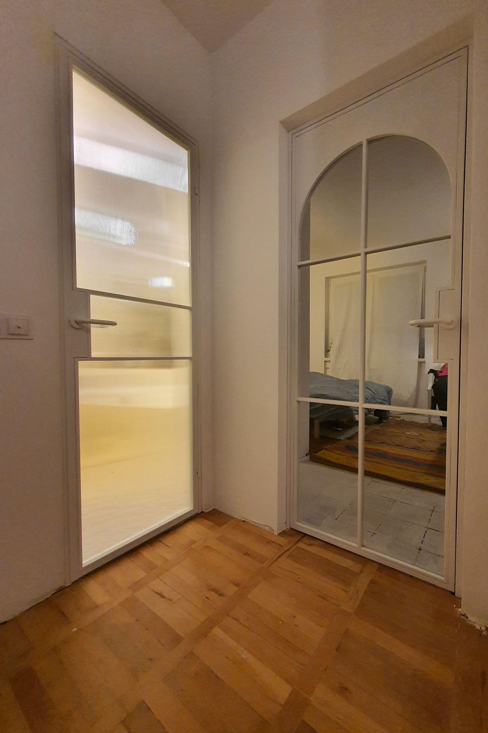 loftowe drzwi otwierane z łukiem