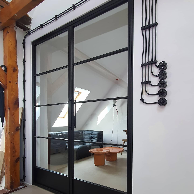 Drzwi loftowe w industialnym wnętrzu