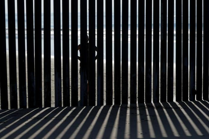 [NEWS] Trump aides repeat threat to shut down U.S.-Mexico border on migrant crisis – Loganspace AI