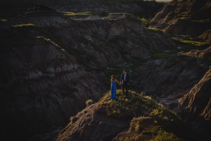 drumheller engagement photography couple canyon