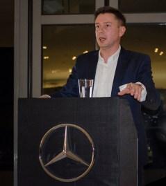 Stephan Kinzel, Geschäftsführer der S & G Automobil GmbH begrüßt die Gäste