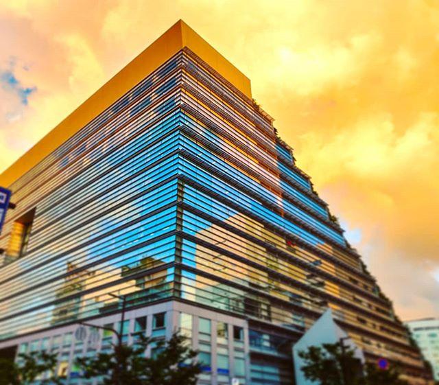 Enjoying the intense blur mirroring at sunset•••#fukuoka #japan #skyscraper #clouds #orange  #travel #travelling #traveler #instatravel #wanderlust #trip #lifeofadventure #doyoutravel #instapassport #instatraveling #mytravelgram #travelgram #travelingram #travelstoke #traveling #travelblog #instago