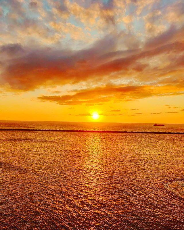 Last Japanese sunset... 🌞•••#kanazawa #japan #maidirebanzai #sunset #sea #clouds  #travel #travelling #traveler #instatravel #wanderlust #trip #lifeofadventure #doyoutravel #instapassport #instatraveling #mytravelgram #travelgram #travelingram #travelstoke #traveling #travelblog #instago