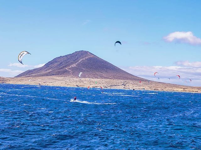 Play with the wind 🌬️🤙 #elmedano #travels #travelblogger #travelstoke #tenerife #canaryislands #windy #travelphotography #travel #wind #kite #traveladdict #traveling #surf #travelawesome #travelgram #travelholic #travelingram #kitesurf #kitesurfing #traveler #traveldiaries #traveller #travelling