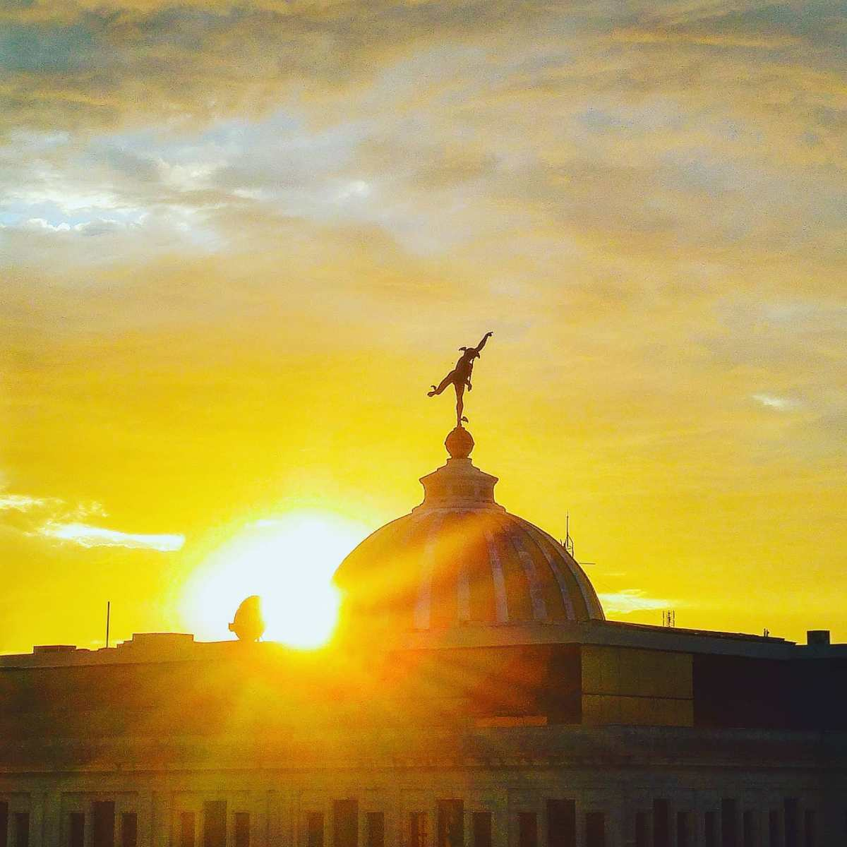 Dancing at sunset 🌞 La Habana, Cuba 2015#habana #avana #travelholic #traveladdict #travelling #travellife #traveling #travel #traveldeeper #sunny #travelphotography #scolpture #cuba #travelpics #travelingram #travels #travelawesome #travelphoto #sunlight #tbt #travelstoke #traveler #clouds #traveller #travelgram