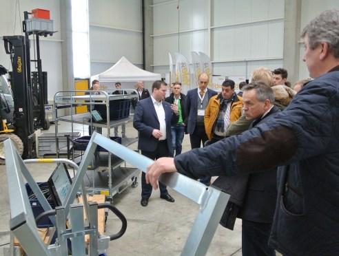 Produktpräsentation Routenzug in der Halle für Mietgeräte bei Ziegler Gabelstapler (©COM.SENSE)