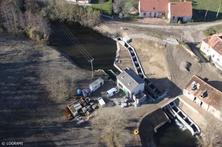 Vue aérienne de la passe à bassins successifs à la micro-centrale hydro-électrique de Moulin Breland
