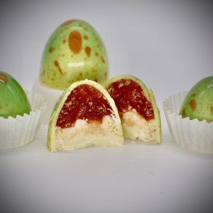 White Chocolate Shell, hand-painted in all-natural green and gold cocoa butter, with Apple Jam and Pie Crust Layers.