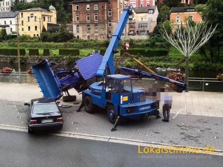 THW-Radlader stürzt auf Auto in Altena.