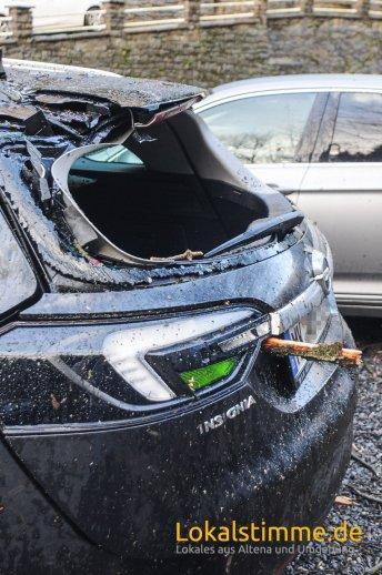 In Mühlenrahmede hat ein umstürzender Baum mindestens zwei Autos, die auf einem Firmenparkplatz geparkt waren, schwer beschädigt. Eine Sturmböe hat den Baum umstürzen lassen. Die Feuerwehr zersägte den umgestürzten Baum.