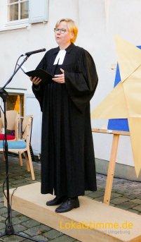 Pfarrerin Merle Vokkert beim Open-Air Weihnachtsgottesdienst 2018.