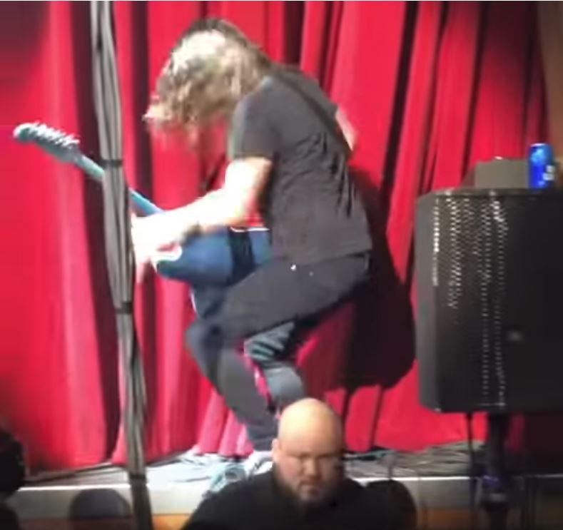 Dave Grohl se resbaló de un escenario