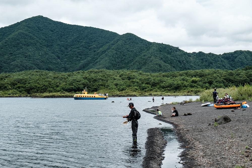 Pêcheur, vacanciers et le bateau jaune