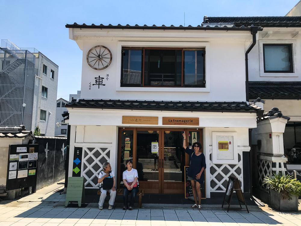 La rue Nakamachi et sa fromagerie en francais dans le texte
