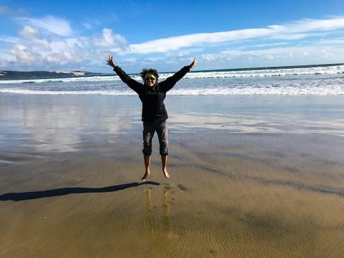 Laurence les pieds dans la mer de Tasman