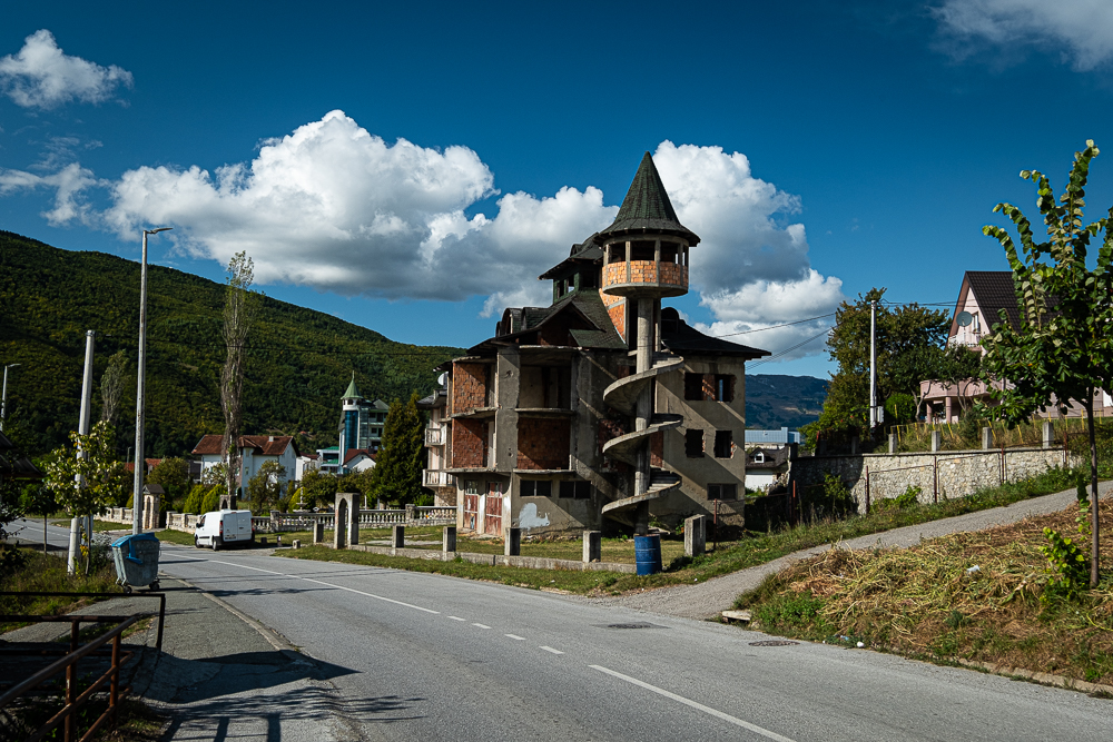Voici un exemple de certaines constructions étonnantes. En arrière plan, le restaurant Abas avec son design futuriste.